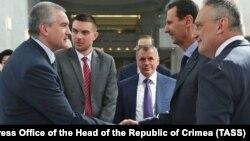 Российский глава Крыма Сергей Аксенов (слева), глава парламента Крыма Владимир Константинов (центр) и президент Сирии Башар Асад (справа)