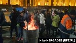 Protestçiler Tbiliside parlamentiň binasynyň daşynda ýygnandylar. 14-nji noýabr, 2019 ý.