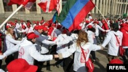 «Наши» с размахом демонстрировали верность уходящему Путину