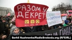 Демонстранти не забули і про права чоловіків на участь в піклуванні про дитину