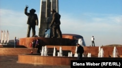Монумент металлургам в Темиртау. 1 октября 2010 года.