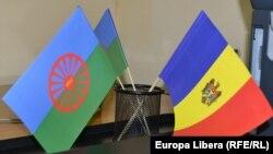 Drapelul romilor alături de cel al Republicii Moldova