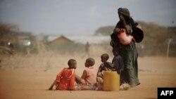 Քենիա - Սոմալիից փախստական կինը իր վեց երեխաների հետ կանգնած է փախստականների ճամբարի սննդի բաշխման կետի մոտ, արխիվ