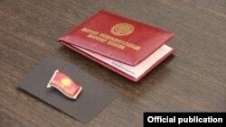 Удостоверение и нагрудный знак депутата ЖК.