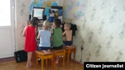 Дети смотрят компьютер. Иллюстративное фото.
