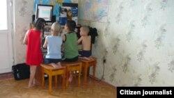 Дети сидят перед компьютером. Иллюстративное фото.