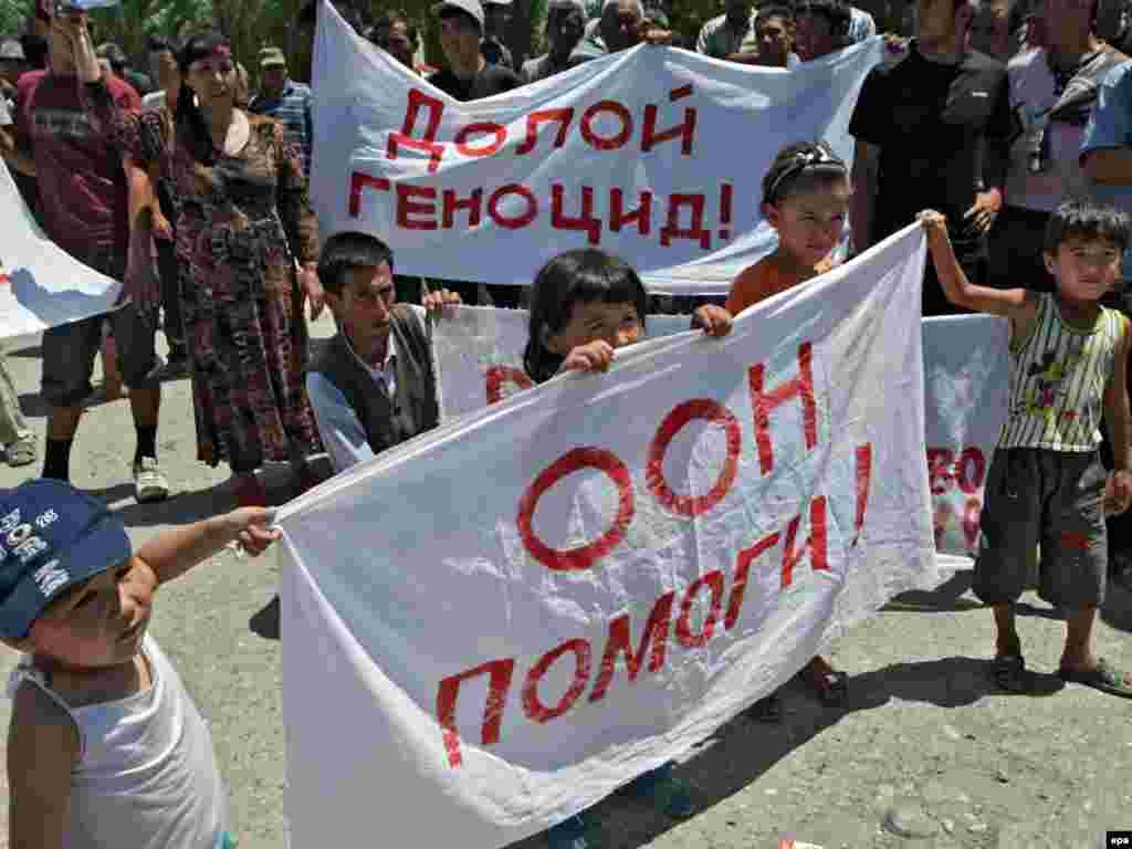 «БҰҰ, көмектес!» деген ұранды көтеріп тұрған бала. Өзбек шекарасындағы босқындар лагері. 19 маусым 2010 жыл.