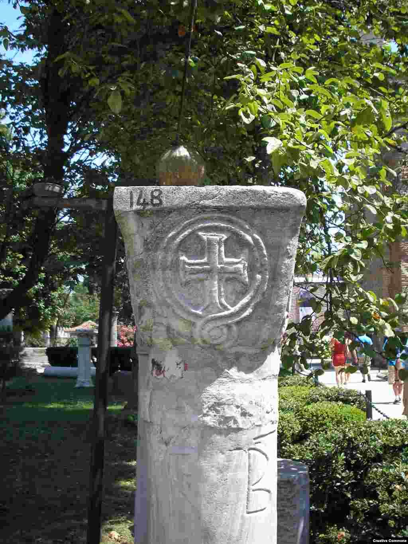 На фото: вигравіруваний християнський хрест на одній із колон у подвір'ї собору. За повідомленнями турецьких ЗМІ, християнська іконографія у Святій Софії, імовірно, буде прикрита, коли будівля почне повноцінно функціонувати як мечеть