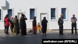 Döwlet eýeçiligindäki dükanyň öňünde, Aşgabat, oktýabr, 2016.