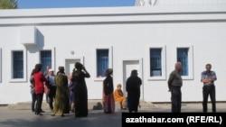 Очередь перед государственным магазином, Ашхабад (архивное фото).