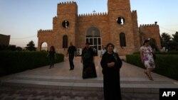 مسيحيون عراقيون أمام كنيسة في أربيل