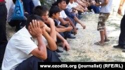 Узбекские абитуриенты, ожидающие своей очереди для сдачи документов в приёмную комиссию вуза.