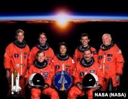 """Экипаж """"Дискавери"""": сидят, справа Кертис Браун, командир, Стивен Линдси, пилот; стоят, слева Скотт Паразински, Стивен Робинсон, Чиаки Мукаи, Педро Дуке, Джон Гленн. Июнь 1998. Фото НАСА"""