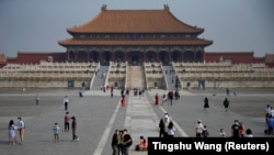Туристы прогуливаются в Запретном городе. Пекин, 2020 год
