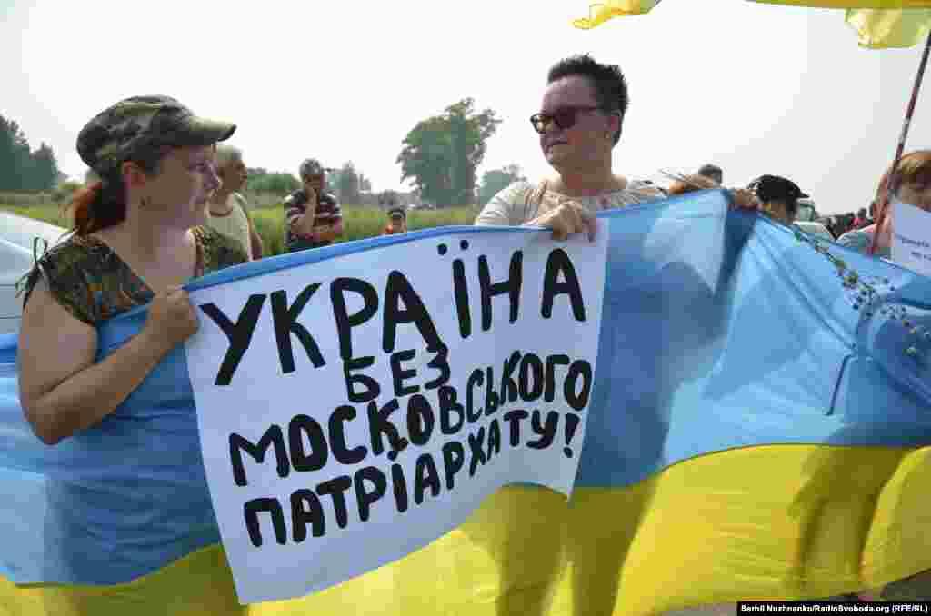 «Україна без Московського патріархату» та «Онуфрій – чемодан, вокзал, Росія» – з такими плакатами зустрічали хресну ходу УПЦ (МП)
