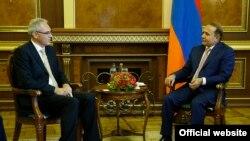 Премьер-министр Армении Овик Абрамян принимает нового посла Германии в Армении Бернарда Матиаса Кесслера (слева), Ереван, 3 августа 2015 г. (Пресс-служба правительства Армении)