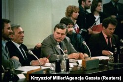 Liderii Sindicatului Solidaritatea, Lech Walesa și Tadeusz Mazowiecki discutând cu autoritățile comuniste în timpul negocierilor Mesei Rotunde. Varșovia/ februarie 1989