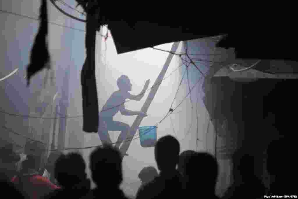 Үндістанның Калькутта қаласындағы базардан шыққан өртті сөндіру үшін баспалдақпен жоғары шығып бара жатқан сатушылардың бірі. Калькутта базарындағы өрттен екі адам қаза тапты.