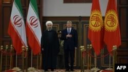 Президент Ирана Хасан Роухани (слева) и президент Кыргызстана Алмазбек Атамбаев. Бишкек, 22 декабря 2016 года.