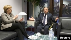 Германскиот канцелар Ангела Меркел и францускиот претседател Франсоа Оланд на маргините на самитот во Брисел