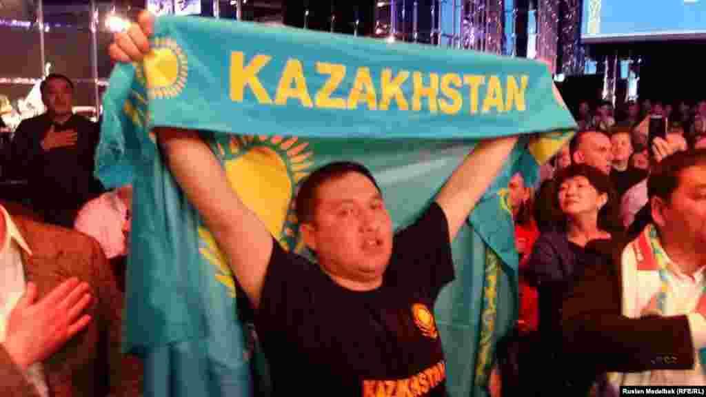 Болельщик Головкина держит казахстанский флаг.