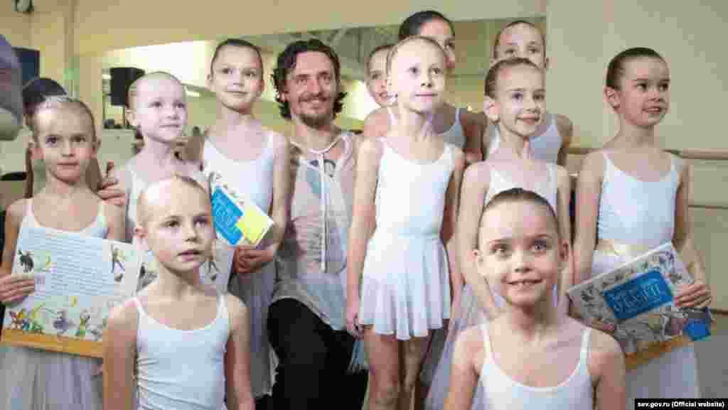 Хореограф и артист балета Сергей Полунин с юными балеринами во времяоткрытия Академии хореографии в Севастополе 25 декабря.В конце ноября 2018 года Полунинсообщил, что получил гражданство России. Он неоднократно высказывался в поддержку политики российского президентаВладимира Путина