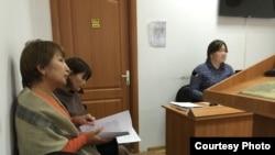 Актоты Нургалиева (слева) во время судебного заседания в административном суде. Уральск, 3 ноября 2015 года.