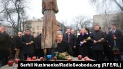 Президент Украины Петр Порошенко у памятника жертвам Голодомора. Киев, 25 ноября 2017 года.