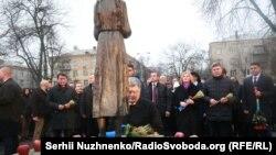 Петро Порошенко на території «Меморіалу жертв Голодомору» під час вшанування пам'яті жертв Голодомору, 25 листопада 2017 року