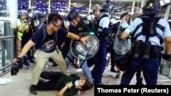 Сутички між поліцією і протестувальниками в аеропорту Гонконгу, 13 серпня 2019 року
