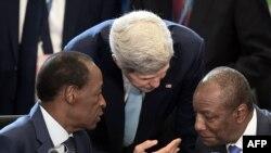 Госсекретарь США Джон Керри беседует с президентом Буркина-Фасо Блэзем Компаоре и президентом Гвинеи Альфа Конде во время саммита США – Африка 6 августа 2014 года
