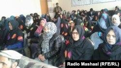 آرشیف، شماری از زنان در یک نشستیکه در مورد مبارزه با خشونت علیه زنان در میدان وردک دایر شده، اشتراک ورزیدهاند.