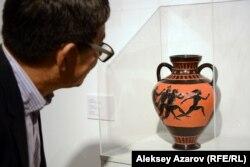 Посетитель знакомится с работой Зои Фальковой «Сама виновата». Алматы, 6 декабря 2018 года.