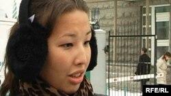Мұхтар Жәкішевтің қызы Әйгерім Жәкішева Сарыарқа аудандық сотының алдында. Астана, 5 қаңтар 2010 жыл.
