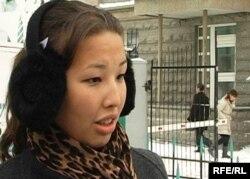 Мұхтар Жәкішевтің қызы Әйгерім Жәкішева Сарыарқа аудандық соты алдында тұр. Астана, 5 қаңтар 2010 жыл.