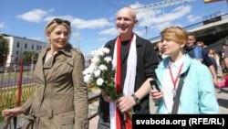 Алесь Беляцкийді (ортада) вокзалдан жақтастары күтіп алған сәт. Минск, 21 маусым 2014 жыл.