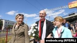 Белорусского правозащитника Алеся Беляцкого встречают на вокзале в Минске. 21 июня 2014 года.