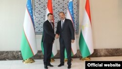 Премьер-министры Узбекистана и Таджикистана Абдулла Арипов (справа) и Кохир Расулзода. Архивное фото.