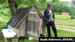 Huso Borić pored svoje kolibe, 1. jun 2013.