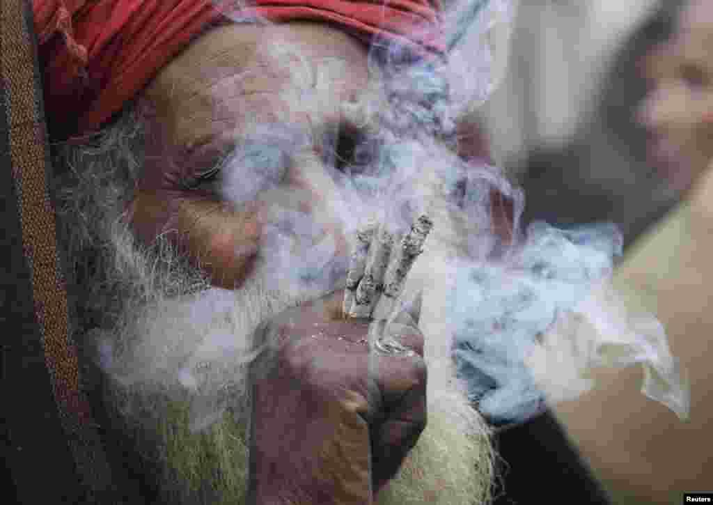 Pakistan - Ljubitelj hašiša, Lahore, 2. januar 2013. Foto: REUTERS / Mohsin Raza