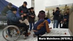 Память погибших в авиакатастрофе почтили в субботу в Уральске, административном центре Западно-Казахстанской области. Местные активисты зажгли свечи и возложили цветы к памятнику Абаю.