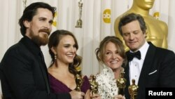 از راست: کالین فرث، برنده جایزه بهترین بازیگر مرد، ملیسا لئو، بهترین بازیگر نقش مکمل زن، ناتالی پورتمن، بهترین بازیگر اصلی زن و کریسیتن بیل، بهترین بازیگر نقش مکمل مرد