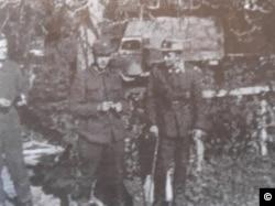 Mircea Carp și Mihai Antonescu, tineri ofițeri proaspăt întorși de pe frontul celui de-al Doilea Război Mondial