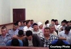 """Присутствующие в зале судебного заседания перед оглашением приговора. Фото взято из аккаунта """"Твиттера"""" блогера Дины Байдилдаевой. Актау, 28 мая 2012 года."""