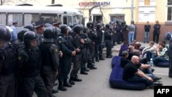 Riot police officers cordon off supporters of mayoral candidate Oleg Shein in Astrakhan on April 11.