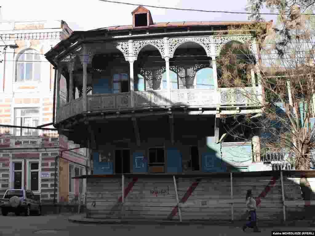 ერთ-ერთი უძველესი შენობა თბილისში ლადო გუდიაშვილის მოედანზე მდებარეობს