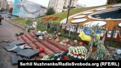 На месте разрушения памятника героям Небесной сотни в Киеве, 5 октября 2017 года