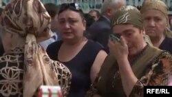 Жители Беслана на траурных мероприятиях у развалин школы