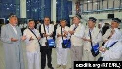 Узбекские паломники вылетают в Саудовскую Аравию.