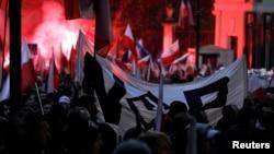 Польские радикалы у здания посольства России в Варшаве во время марша в честь Дня независимости Польши, 11 ноября 2013 года.